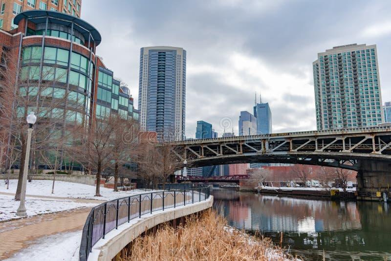 在冬天期间,沿芝加哥河的走道病区公园的在河北部芝加哥 免版税图库摄影