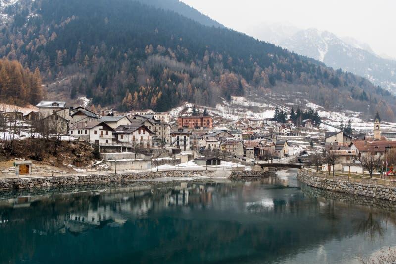 在冬天期间,湖村庄欧洲阿尔卑斯 库存图片