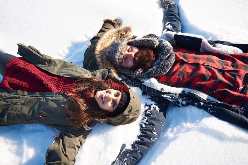 在冬天期间,逗人喜爱的夫妇 免版税图库摄影