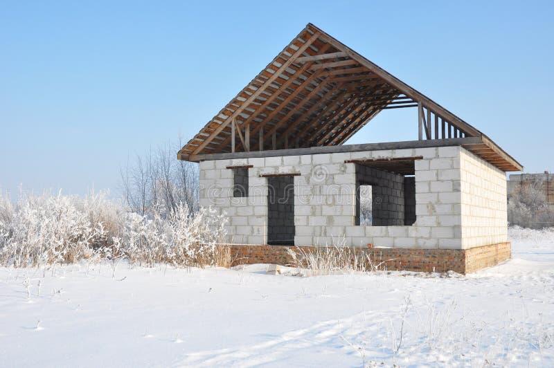 在冬天期间,修建一个家 图库摄影