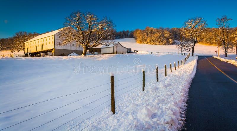 在冬天期间,在农村约克计数,沿乡下公路种田 库存图片