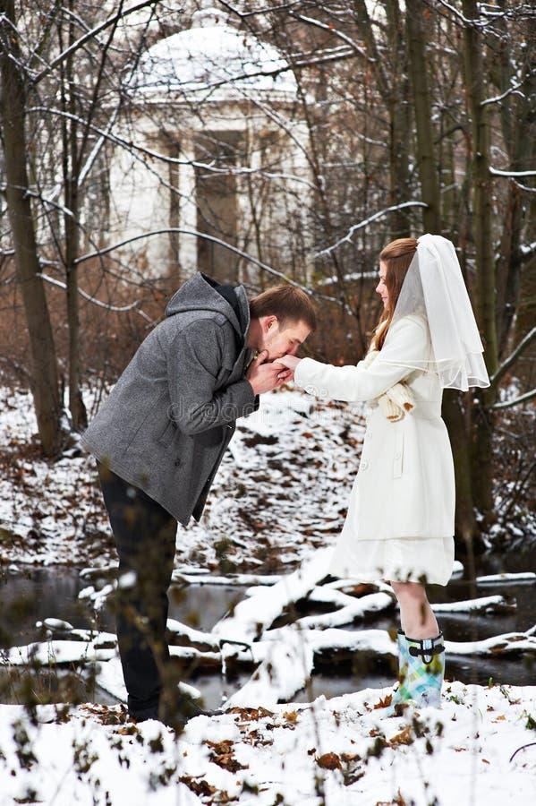 Download 在冬天森林修饰亲吻新娘的手 库存图片. 图片 包括有 户外, 婚姻, beauvoir, 新郎, 成人, 结构树 - 30337533