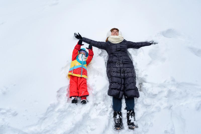 在冬天森林爸爸妈妈和孩子的家庭步行 库存图片