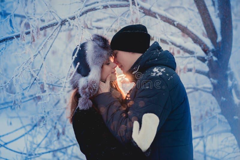 在冬天步行的一对爱恋的夫妇 雪爱情小说,冬天魔术 男人和妇女在冷淡的街道上 人和女孩是休息 免版税图库摄影