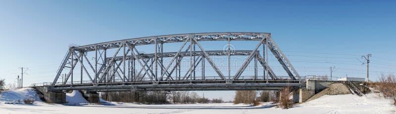 在冬天河的铁路桥 免版税库存图片