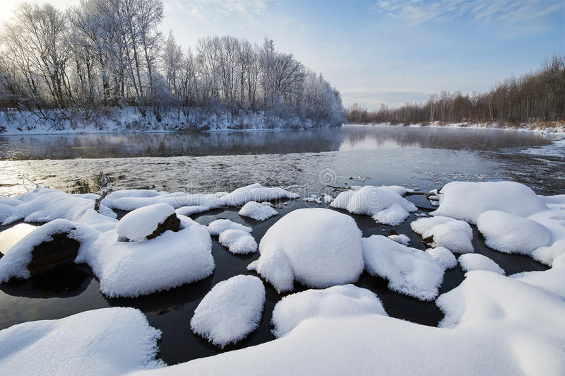 在冬天河的雪蘑菇 库存图片