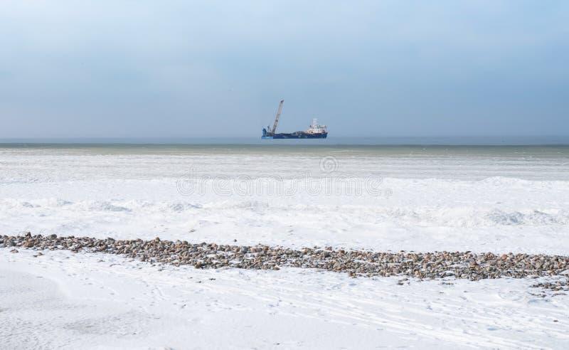 在冬天海上油塔,加油站在海上的冬天 库存照片