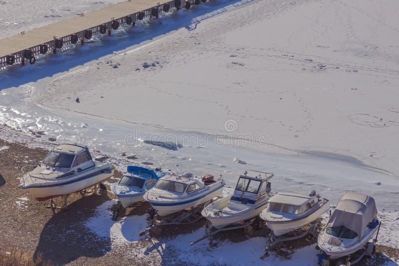 在冬天海的岸的小船 图库摄影
