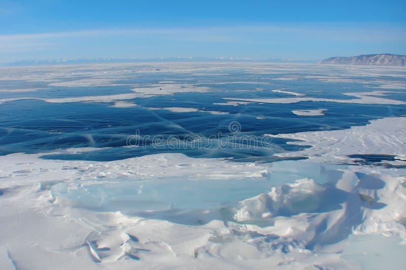 在冬天湖,北极风景的深蓝冰 免版税库存图片