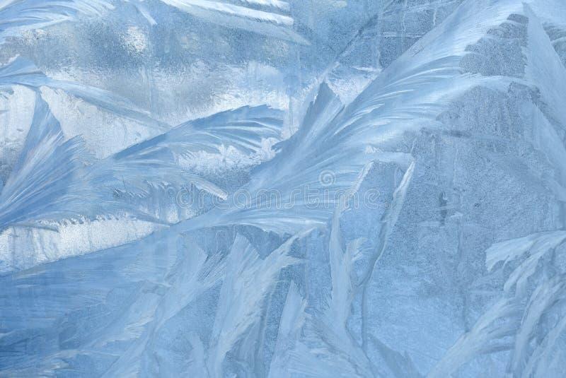 在冬天玻璃的冰模式 圣诞节结冰的背景 定调子作用的冬天 免版税库存照片