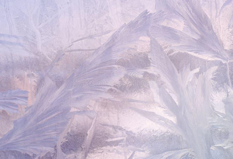 在冬天玻璃的冰模式 圣诞节结冰的背景 定调子作用的冬天 免版税库存图片