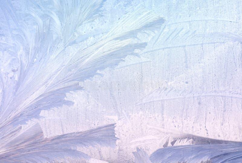 在冬天玻璃的冰模式 圣诞节结冰的背景 定调子作用的冬天 图库摄影