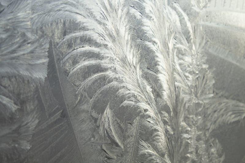 在冬天玻璃窗的冷淡的样式 在窗口的冰样式 库存图片