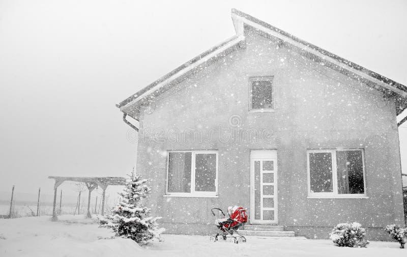 在冬天的红色摇篮车 库存照片