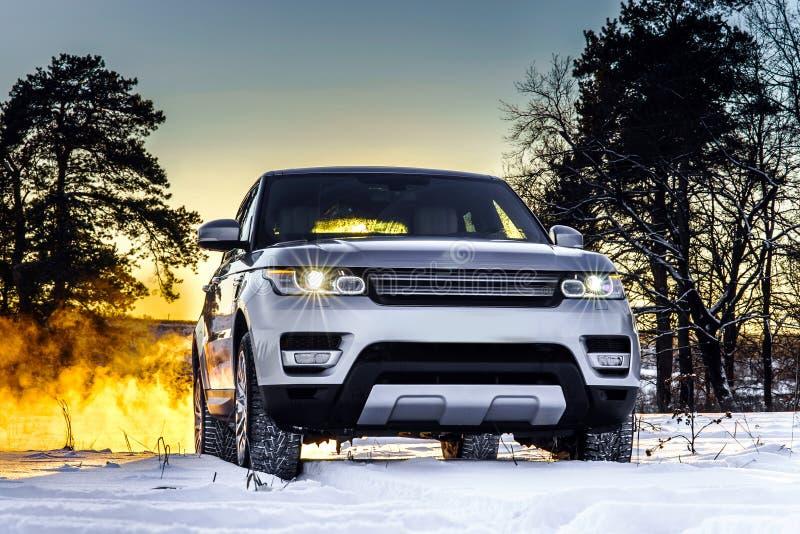 在冬天背景的强有力的offroader汽车视图 免版税图库摄影