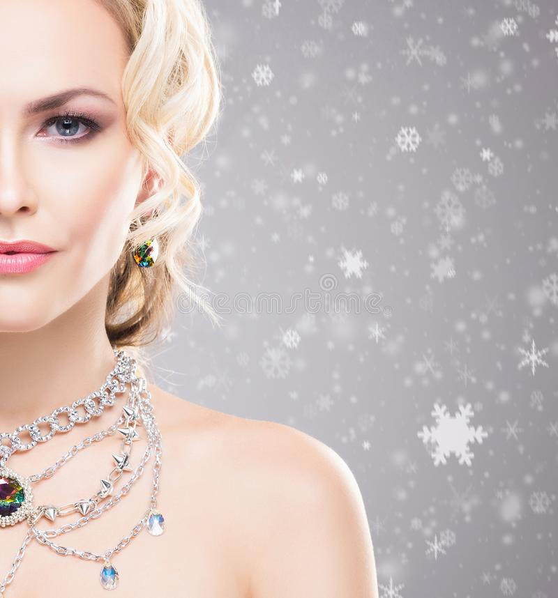 在冬天背景的美女与雪剥落 圣诞节概念 库存照片