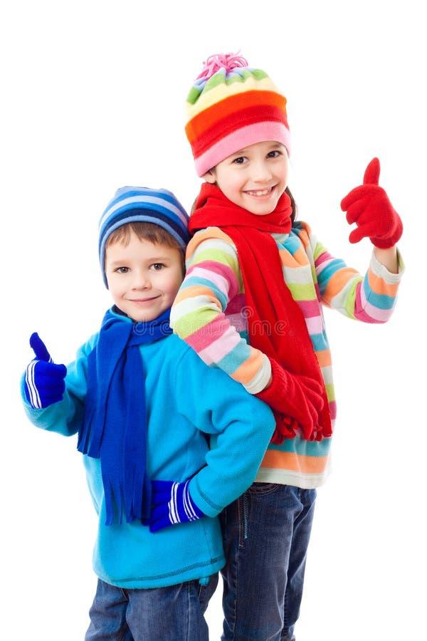 在冬天衣裳的两个孩子 免版税库存图片