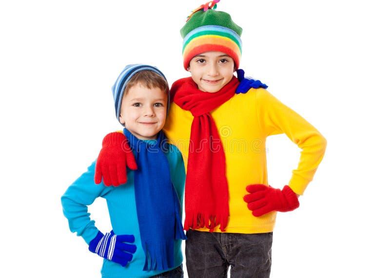 在冬天衣裳的两个微笑的孩子 图库摄影