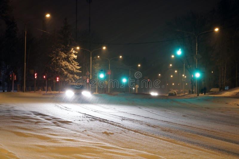 在冬天路的汽车有雪的 在恶劣天气的危险交通 免版税图库摄影