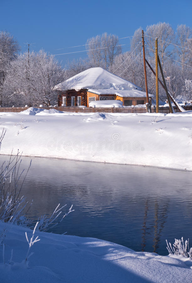 在冬天雪下的阿尔泰俄国国家村庄Talitsa在银行 库存照片