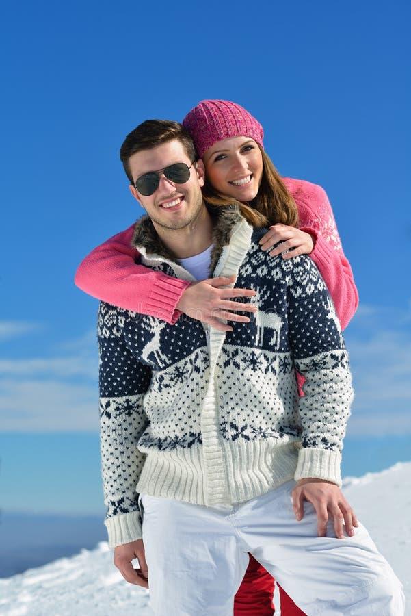 在冬天雪场面的年轻夫妇 免版税图库摄影