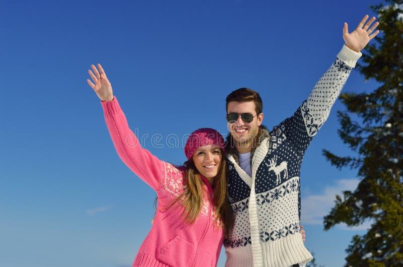 在冬天雪场面的年轻夫妇 免版税库存照片
