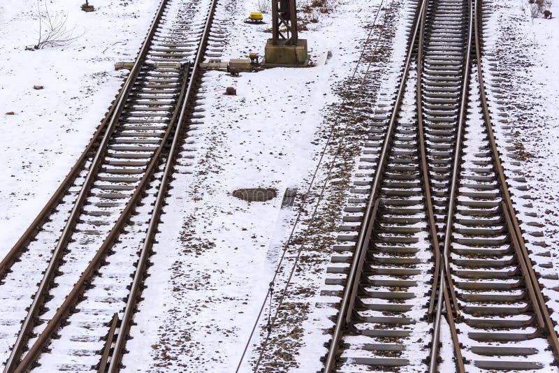 在冬天雪的火车轨道 库存图片