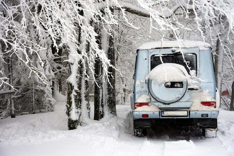 在冬天雪的越野汽车 库存照片