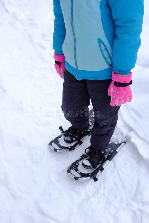 在冬天雪的Snowshoeing 免版税库存照片