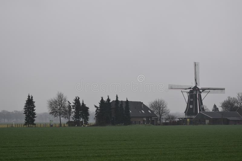 在冬天风景的老荷兰磨房 免版税图库摄影
