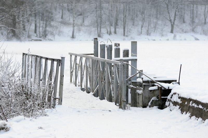 在冬天风景的脚桥梁 免版税库存图片