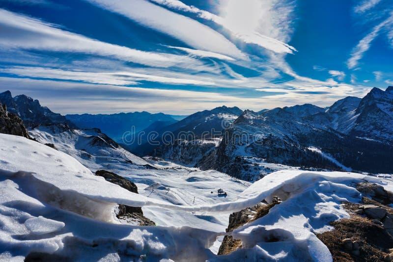 在冬天风景视图雪冰的山 免版税库存照片