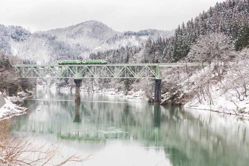在冬天风景雪的火车 免版税库存图片