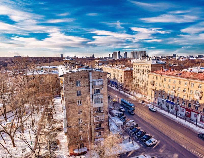 在冬天晴天时间的城市地平线 库存照片