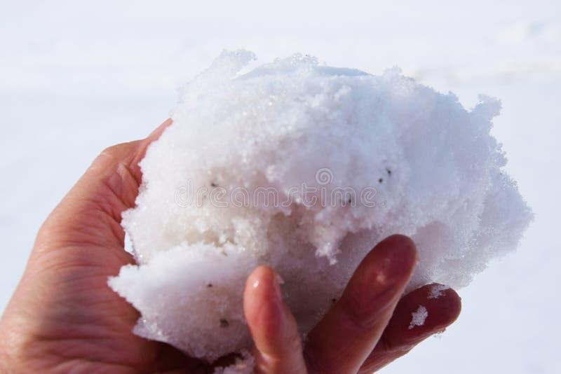 在冬日期间,下雪在人` s手上 免版税库存照片