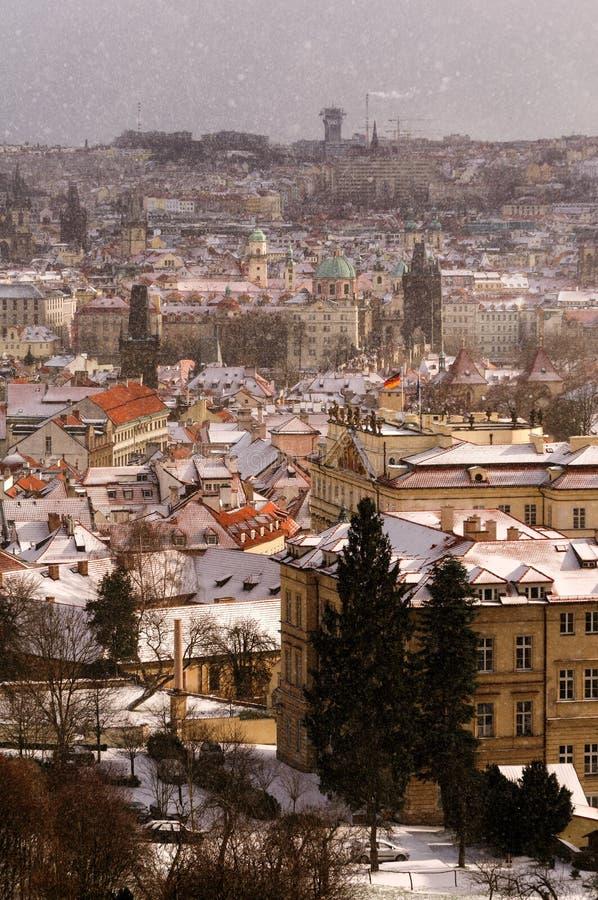 在冬日期间,查尔斯桥梁和老镇区惊人的塔  大雪风暴,布拉格,捷克共和国 免版税库存图片