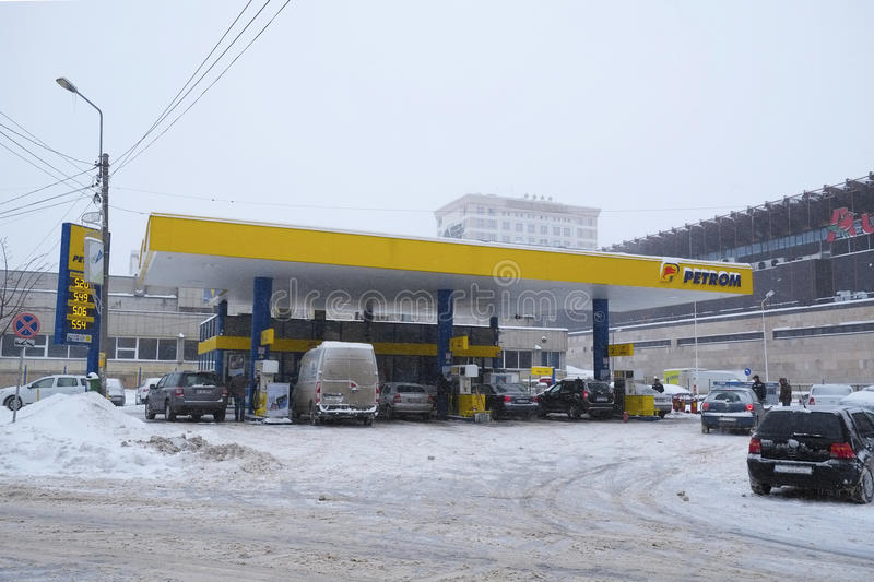 在冬时的充分的加油站 库存图片