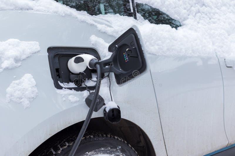 在冬时的充电的电车 免版税库存图片