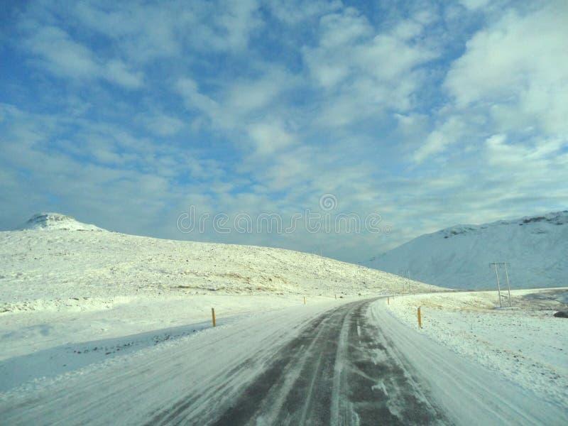 在冰冷的山路上在冰岛 免版税库存图片