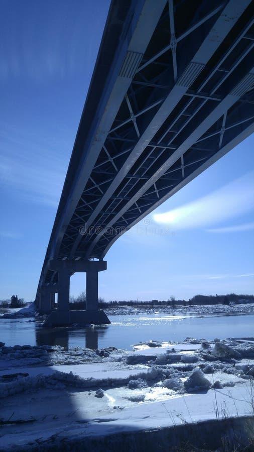 在冰冷的河的桥梁 图库摄影