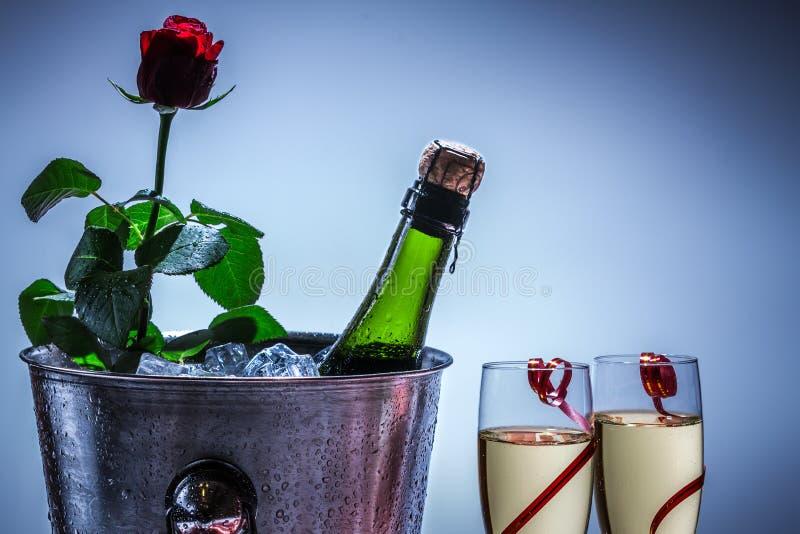 在冰冷的红色玫瑰和香槟 图库摄影