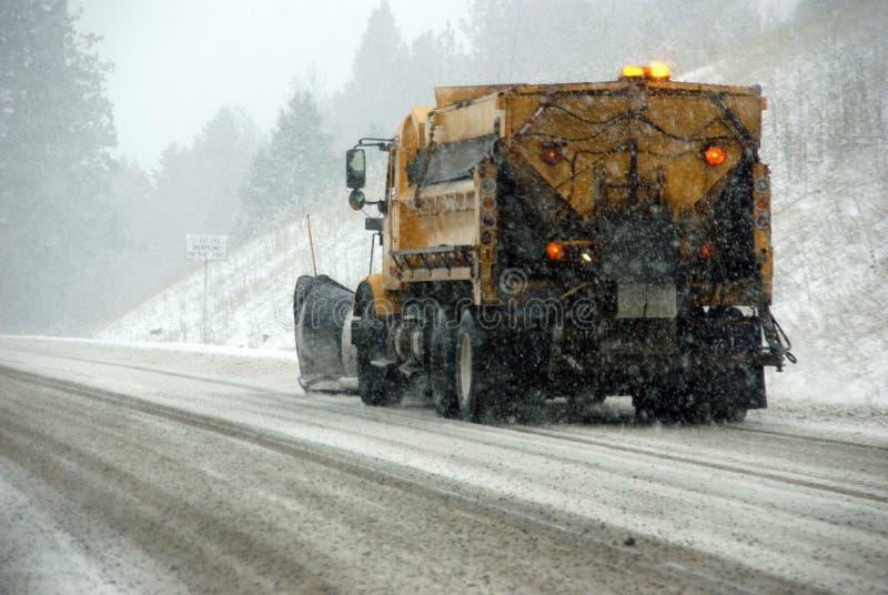 在冰冷的路的除雪机卡车 免版税库存照片