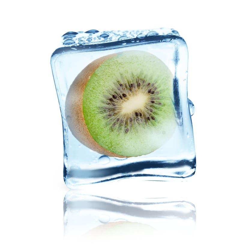 在冰块结冰的猕猴桃,被隔绝 免版税库存图片