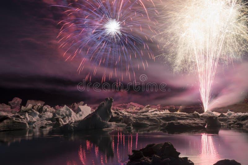 在冰山中的每年烟花展示在冰盐水湖Jokulsarlon,冰岛 免版税库存照片
