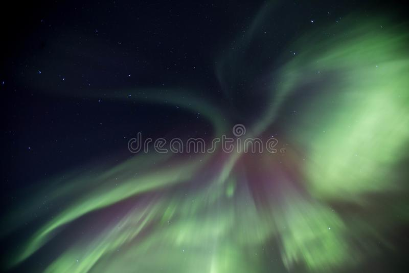 在冰岛天空的美好的北极光显示 库存图片