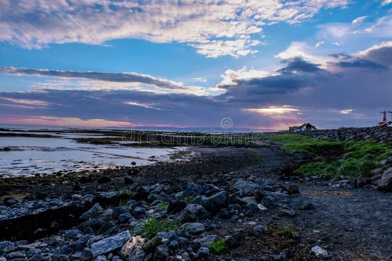 在冰岛海滩的日落 免版税库存图片