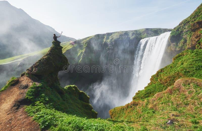 在冰岛的南部的伟大的瀑布Skogafoss在Skogar附近镇的  剧烈和美丽如画的场面 免版税库存图片