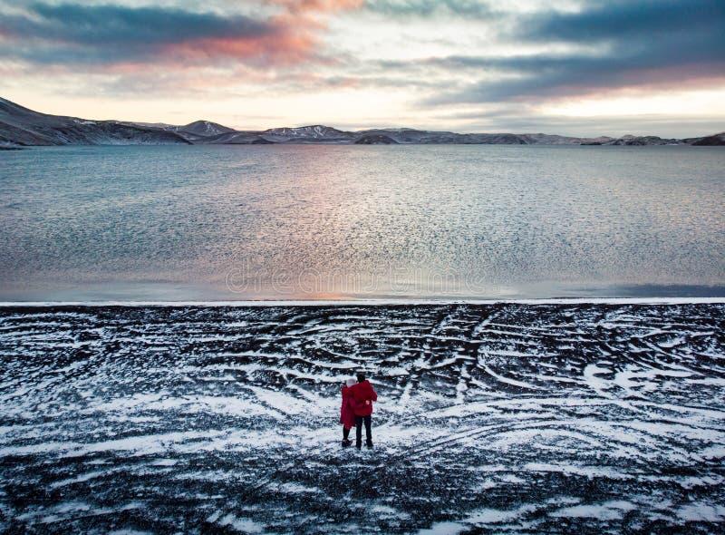在冰岛结合享受Kleifarvatn湖视图 免版税库存照片