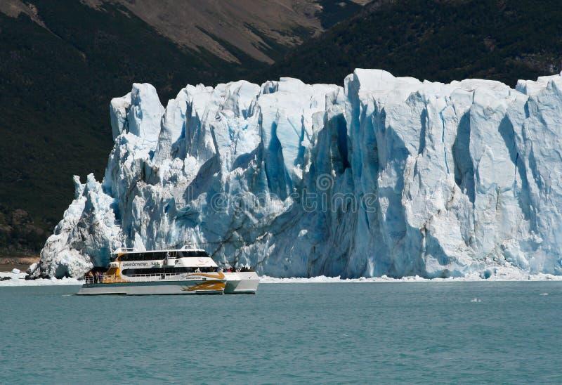 在冰川佩里托莫雷诺的小船在埃尔卡拉法特,巴塔哥尼亚,阿根廷 免版税图库摄影