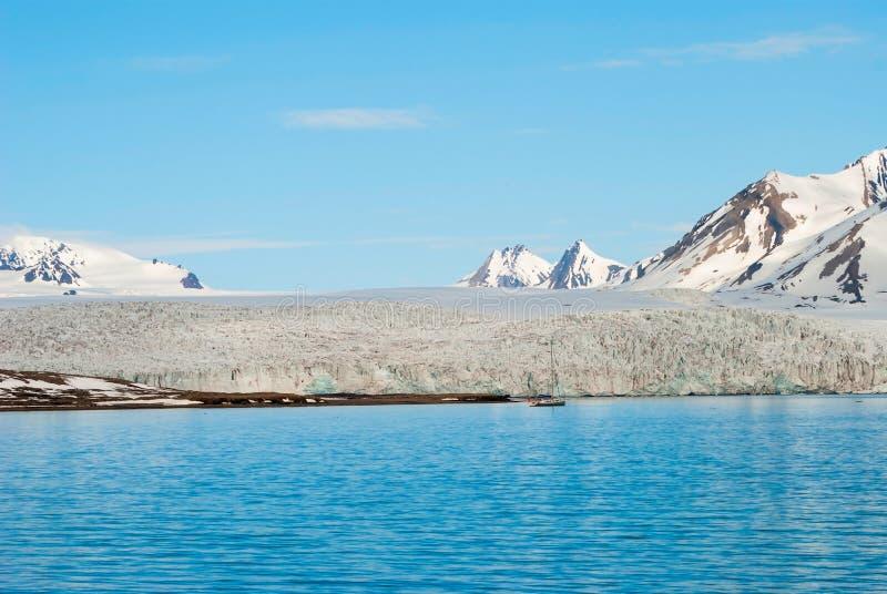 在冰川前面的帆船在斯瓦尔巴特群岛,北极 免版税库存照片